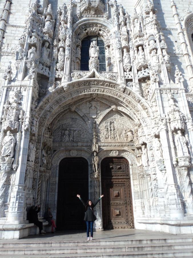 Um dos portais do mosteiro.