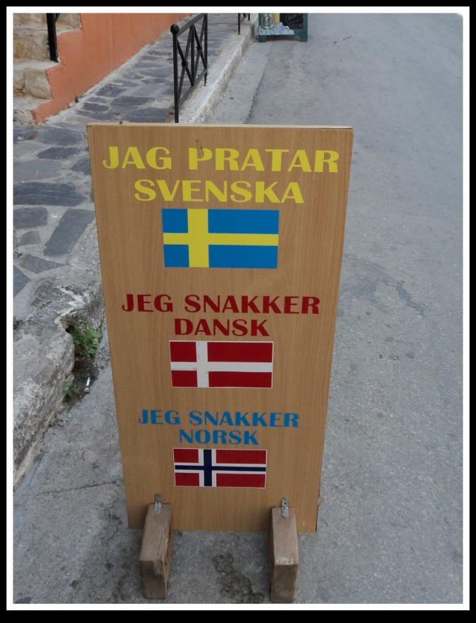 Achei que a maioria dos gregos fala inglês muito bem. Bom, até sueco eles falam né...